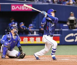 3回1死、根尾が右中間に満塁本塁打を放つ(捕手・戸柱)