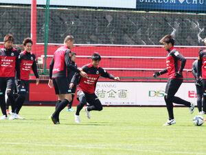 ボールを追う札幌MF田中宏武(右から2人目)