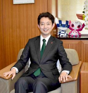 千葉県庁の知事執務室で取材に応えた熊谷俊人知事