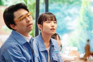 職場の森林組合で明るい表情で百音を演じる清原果耶(左は浜野謙太)