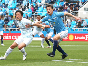 後半、出場した横浜C・三浦知良(右)
