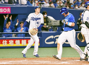 7回2死満塁、代打・桑原に勝ち越しの2点打を許した勝野(左)