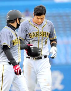 7回2死二塁、けん制で刺された佐藤輝明