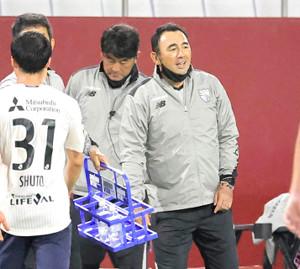 後半、ベンチ前で笑顔を見せるFC東京・長谷川健太監督