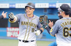 9回1死、9号本塁打を放った佐藤輝明(カメラ・清水 武)