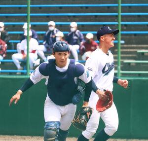 粘り強く抑え、笑顔でベンチに戻る秋田中央の湊(右)と野呂田