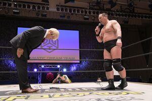 DDTのリングに上がり謝罪した拳王(右は高木三四郎社長)