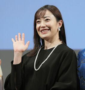フォトセッションで笑顔を見せる菅野美穂