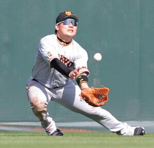 7回2死一塁、打球が太陽と重なり落球しそうになった丸佳浩