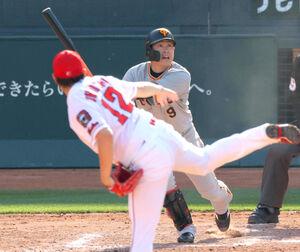 9回2死二、三塁、左越え適時二塁打を放つ代打・亀井善行(投手は大道温貴)