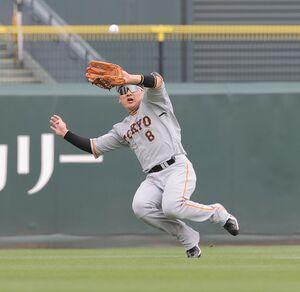 4回1死一塁、松山竜平の中飛をスライディングキャッチで好捕した丸佳浩