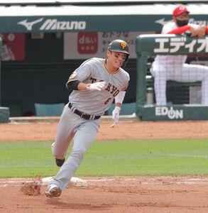 6回1死、左翼線二塁打の坂本勇人(カメラ・宮崎 亮太)