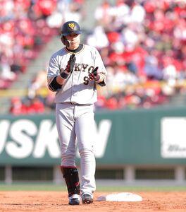 9回2死二、三塁、代打・亀井善行が左越えに2点二塁打を放つ(カメラ・橋口 真)