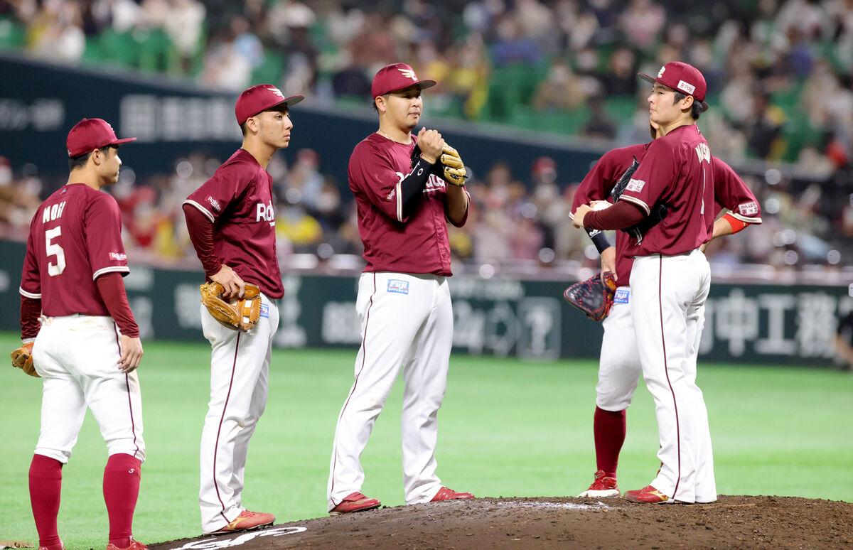 9回2死一、二塁、上林誠知に同点打を許した松井裕樹(右)はマウンドで険しい表情