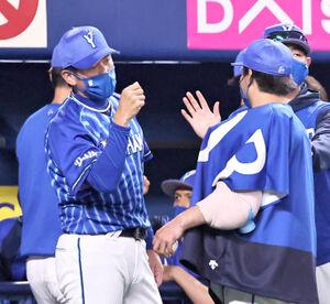 試合終了後、勝利投手の浜口遥大(右)とハイタッチを交わす三浦大輔監督