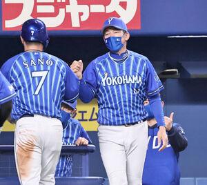 7回2死満塁、代打・桑原将志の先制2点適時打で生還した三塁走者・佐野恵太(7)を三浦大輔監督が迎える