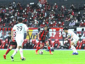 後半14分の追加点など躍動した札幌MF青木(中央)