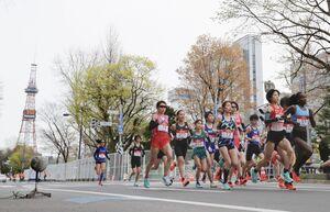 「札幌チャレンジハーフマラソン」で、さっぽろテレビ塔を背にスタートする選手たち(代表撮影)