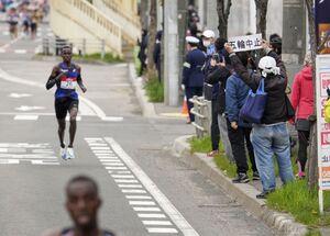 沿道には「五輪中止」のメッセージを掲げる人の姿もあった(代表撮影)