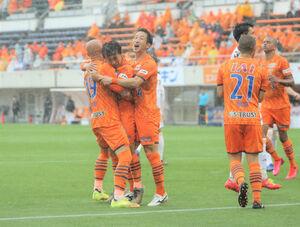 前半46分、ゴールを決めて仲間と抱き合って喜ぶ清水MF金子(左から2人目)