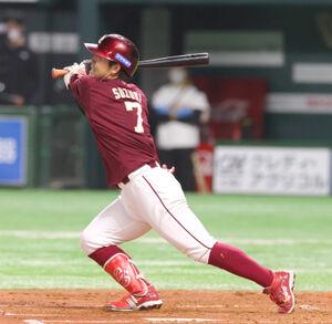 2回、2死満塁で走者一掃の適時二塁打を放つ楽天・鈴木大地