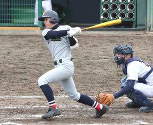 7回2死満塁で三塁強襲の適時打を放つ花巻農・遠藤