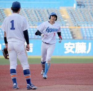 7回2死二塁、右中間へ勝ち越しの2点本塁打を放った青山学院大の泉口友汰