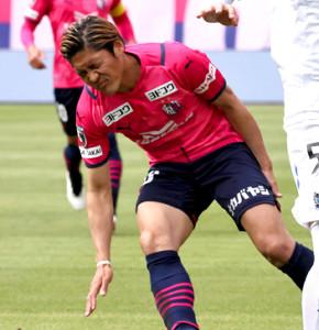 2日のG大阪戦で脚を痛め、倒れこむC大阪・大久保嘉人