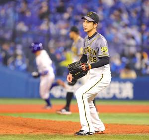 7回1死二、三塁、嶺井博希(後方左)に右前に2点適時打を打たれた小野泰己(手前)