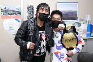 大仁田厚(左)とKrushバンタム級王者・壬生狼一輝(c)K-1