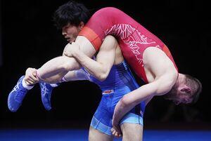 男子フリー86キロ級準決勝でポーランド選手を攻める高谷惣亮(ロイター)