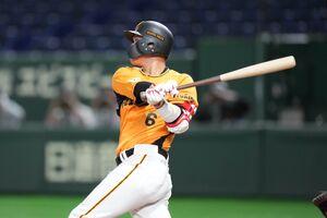 8回無死、坂本勇人が本塁打を放つ(カメラ・矢口 亨)