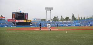 無観客で試合が行われている神宮球場