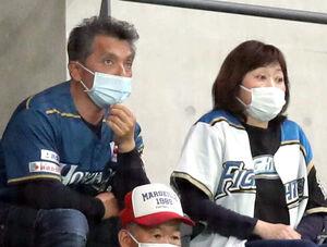 スタンドから観戦する日本ハム・伊藤大海の両親・清光さん(左)と正美さん