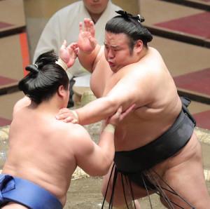 若隆景(左)を押し出しで下した貴景勝(カメラ・清水 武)