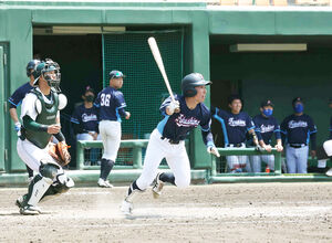 8回2死一、二塁から勝ち越しの右越え2点適時三塁打を放つ福島大・白崎