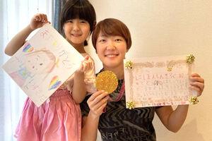 長女・果緒ちゃんから、母の日の似顔絵と手紙をもらい笑顔の寺田明日香(右、寺田家提供)