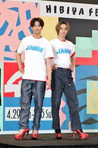 真っ赤なヒールを履いてポーズを決める森崎ウィン(左)と高橋颯