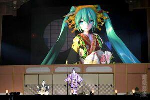 2年ぶりに聖地・幕張メッセの舞台に立った(左から)澤村國矢、中村獅童。後方は和服姿の初音ミク(c)超歌舞伎 Supported by NTT