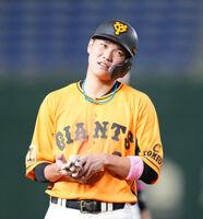 5回無死一、二塁、岡本和真の中飛で三塁に到達した際に右手を気にする坂本勇人