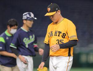 7回1死満塁、西浦直亨に勝ち越しの押し出し死球を与え、降板になる桜井俊貴(右手前)(カメラ・橋口 真)