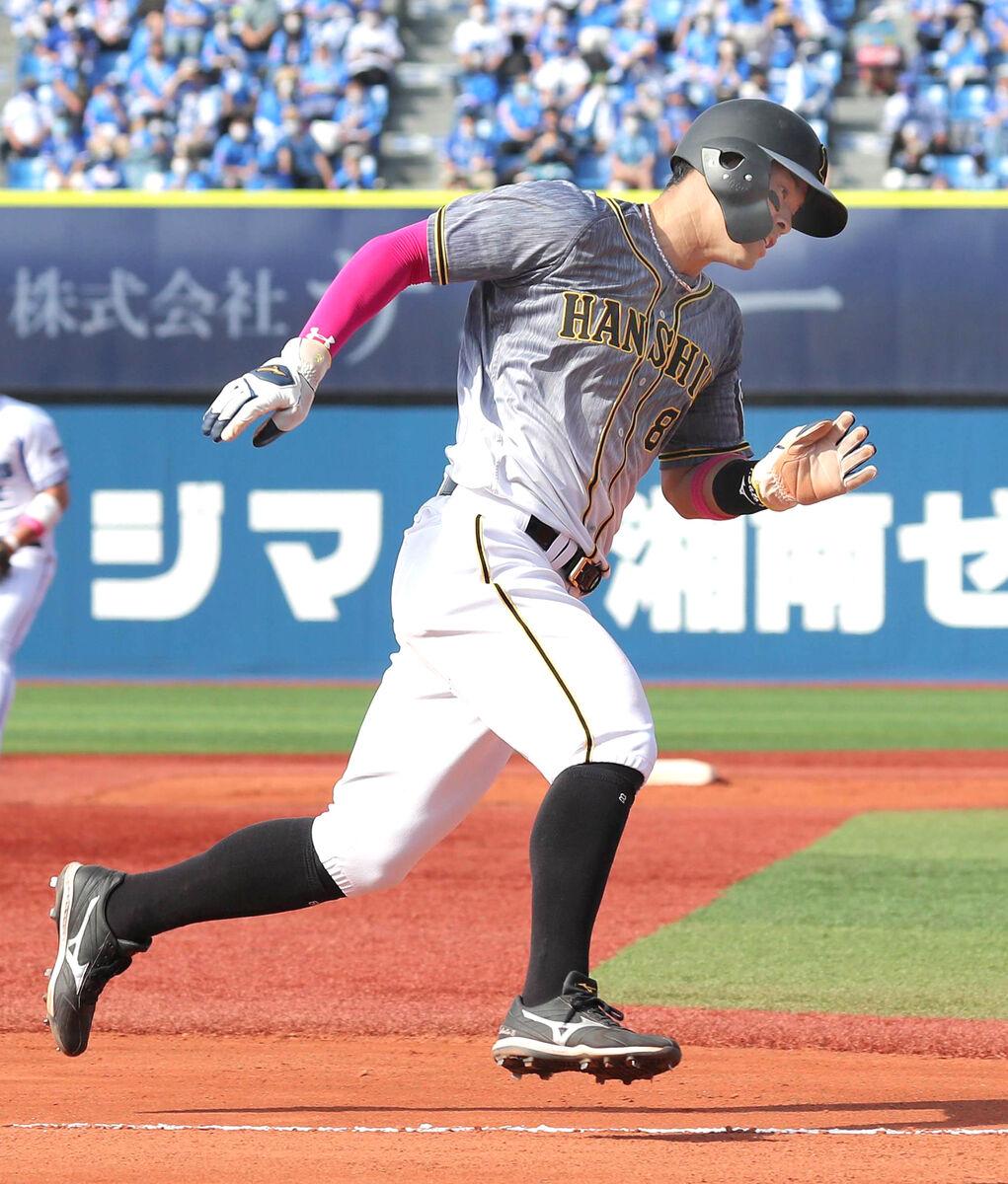 5回無死一塁、サンズの左中間二塁打で激走する一塁走者・佐藤輝(カメラ・佐々木 清勝)
