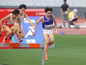 8分17秒46の日本新記録で優勝した三浦龍司(右)(カメラ・竜田 卓)