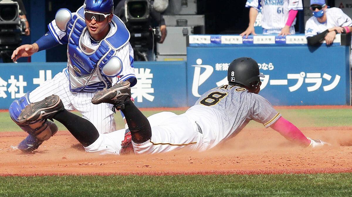 5回無死一塁、サンズの左中間二塁打で激走し生還する一塁走者の佐藤輝明