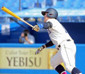タイブレークの10回1死一、三塁、左越えに勝ち越しの適時二塁打を放つ国学院大の福永奨
