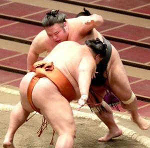 貴景勝(左)は、押し倒しで御嶽海に敗れる