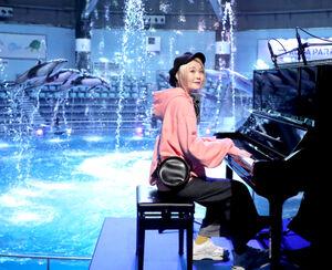 ピアノの生演奏に合わせてスペシャルパフォーマンスを披露するイルカたちとハラミちゃん