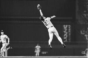 86年8月29日、甲子園での阪神戦、仲田の打球をジャンプして好捕した三塁手の原