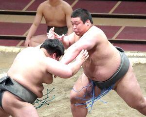 旭大海(左)を押し倒しで破り、角界デビュー戦を白星で飾った松井