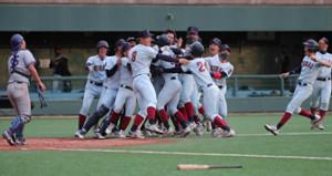 近大は昨年11月の関西地区大学野球選手権決勝戦でサヨナラ勝ち。佐藤輝明(8)らナインがベンチを飛び出して喜んだ